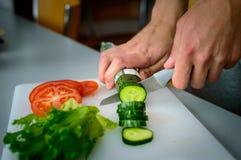 Τέμνοντα λαχανικά ατόμων Στοκ Φωτογραφίες