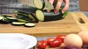 Τέμνοντα λαχανικά για ένα guacamole με τη συνταγή vegies απόθεμα βίντεο
