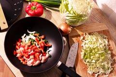 Τέμνοντα λαχανικά για το μεσημεριανό γεύμα στοκ εικόνα με δικαίωμα ελεύθερης χρήσης