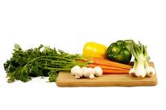 τέμνοντα λαχανικά χαρτονιώ&n Στοκ φωτογραφίες με δικαίωμα ελεύθερης χρήσης