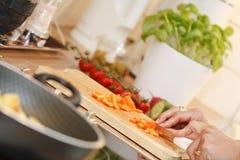 τέμνοντα λαχανικά Στοκ φωτογραφία με δικαίωμα ελεύθερης χρήσης