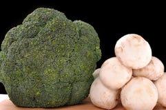 τέμνοντα μανιτάρια brocolli χαρτονιών Στοκ εικόνα με δικαίωμα ελεύθερης χρήσης