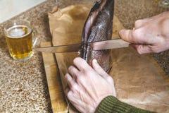 Τέμνοντα μεγάλα αργόστροφα ψάρια Κοντά στην κούπα της μπύρας Στοκ φωτογραφίες με δικαίωμα ελεύθερης χρήσης