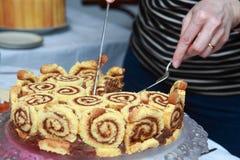 τέμνοντα χέρια κέικ Στοκ Εικόνα