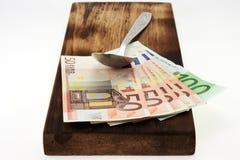τέμνοντα χρήματα χαρτονιών Στοκ Εικόνες