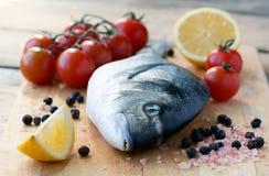 τέμνοντα ψάρια dorado χαρτονιών φρέ Στοκ Φωτογραφίες