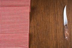 Τέμνοντα breadboard και μαχαίρι πέρα από το κόκκινο στοκ φωτογραφία με δικαίωμα ελεύθερης χρήσης