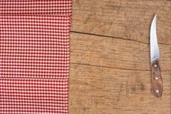 Τέμνοντα breadboard και μαχαίρι πέρα από το κόκκινο στοκ εικόνα