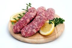 τέμνοντα sousages χοιρινού κρέατο& Στοκ Φωτογραφίες