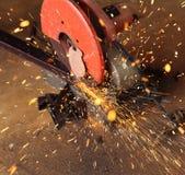 Τέμνοντες μέταλλο και σπινθήρας εργαζομένων Στοκ εικόνα με δικαίωμα ελεύθερης χρήσης
