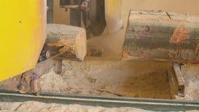 Τέμνοντες ξύλινοι πίνακες στους πίνακες απόθεμα βίντεο