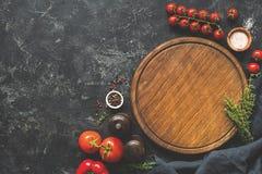 Τέμνοντες πίνακας, καρυκεύματα και λαχανικά για το μαγείρεμα τρόφιμα μπουλεττών ανασκόπησης πολύ κρέας πολύ στοκ φωτογραφία