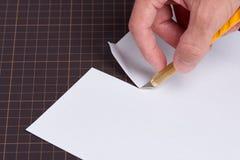 Τέμνον έγγραφο με το μαχαίρι χρησιμότητας Στοκ Εικόνα