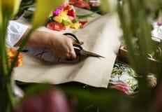 Τέμνον έγγραφο χεριών για το λουλούδι ρύθμισης Στοκ Φωτογραφίες