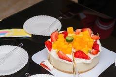 Τέμνον κέικ γενεθλίων φραουλών & μάγκο Στοκ Εικόνες