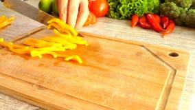 Τέμνον κίτρινο πιπέρι σε σε αργή κίνηση απόθεμα βίντεο