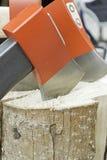 Τέμνον καυσόξυλο με το τσεκούρι Στοκ εικόνα με δικαίωμα ελεύθερης χρήσης