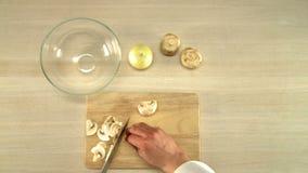 Τέμνον κρεμμύδι κουζινών στην ξύλινη τοπ άποψη πινάκων φιλμ μικρού μήκους