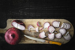 Τέμνον κόκκινο κρεμμύδι στην ξύλινη τοπ άποψη πινάκων Στοκ εικόνες με δικαίωμα ελεύθερης χρήσης