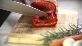 τέμνον κόκκινο πιπεριών απόθεμα βίντεο