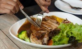 Τέμνον μέσο πιάτο μπριζόλας μπριζολών χοιρινού κρέατος Στοκ εικόνα με δικαίωμα ελεύθερης χρήσης