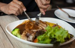 Τέμνον μέσο πιάτο μπριζόλας μπριζολών χοιρινού κρέατος Στοκ Φωτογραφίες