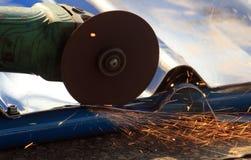 Τέμνον μέταλλο με την τέμνουσα ρόδα Στοκ εικόνες με δικαίωμα ελεύθερης χρήσης