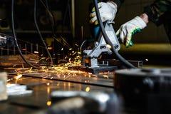 Τέμνον μέταλλο με το ηλεκτρικό κυκλικό εργαλείο κοπτών Στοκ Εικόνα