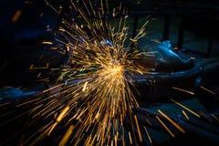 Τέμνον μέταλλο με το μύλο γωνίας Στοκ φωτογραφία με δικαίωμα ελεύθερης χρήσης