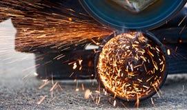Τέμνον μέταλλο με το μύλο Στοκ Εικόνες