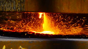 Τέμνον μέταλλο εργαζομένων με έναν φανό φλογών αερίου στη βιομηχανία μετάλλων απόθεμα βίντεο