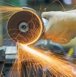 Τέμνον μέταλλο εργαζομένων με το μύλο Στοκ φωτογραφία με δικαίωμα ελεύθερης χρήσης