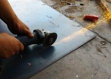 Τέμνον μέταλλο εργαζομένων στοκ εικόνα με δικαίωμα ελεύθερης χρήσης