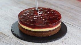 Τέμνον σπιτικό κέικ ζελατίνας κερασιών απόθεμα βίντεο