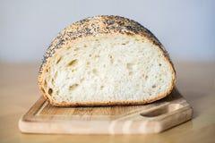 Τέμνον ψωμί στον ξύλινο πίνακα Στοκ φωτογραφία με δικαίωμα ελεύθερης χρήσης