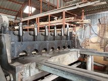 Τέμνουσα μηχανή μετάλλων φύλλων σε manufactory Στοκ εικόνα με δικαίωμα ελεύθερης χρήσης