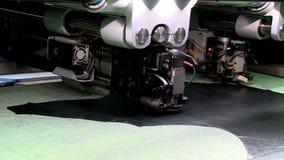 Τέμνουσα μηχανή παπουτσιών των παιδιών μεταφορέων εργοστασίων παπουτσιών και μόνη ρίψη απόθεμα βίντεο