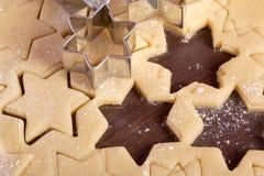 Τέμνουσα μορφή αστεριών ζύμης μπισκότων στοκ εικόνα