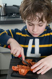 τέμνουσα ντομάτα αγοριών Στοκ Εικόνα