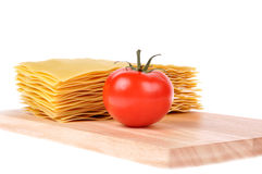 τέμνουσα ντομάτα ζυμαρικών lasagna χαρτονιών Στοκ Εικόνες