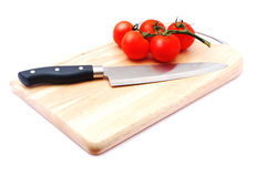 τέμνουσα ντομάτα μαχαιριών & Στοκ Εικόνες