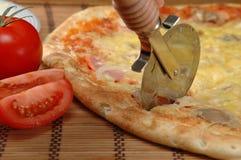 τέμνουσα πίτσα λεπίδων Στοκ Φωτογραφία