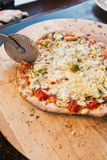 Τέμνουσα πίτσα Στοκ εικόνα με δικαίωμα ελεύθερης χρήσης
