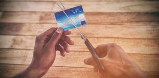 Τέμνουσα πιστωτική κάρτα επιχειρηματιών με το ψαλίδι Στοκ εικόνα με δικαίωμα ελεύθερης χρήσης
