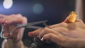 Τέμνουσα τρίχα κομμωτών με το επαγγελματικό ψαλίδι και χτένα hairdressing στο σαλόνι Κλείστε haircutter να αποτελέσει αρσενικός απόθεμα βίντεο