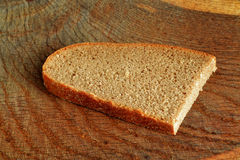 τέμνουσα φέτα πιάτων ψωμιού Στοκ Φωτογραφίες