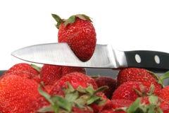 τέμνουσα φράουλα μαχαιριών Στοκ εικόνες με δικαίωμα ελεύθερης χρήσης