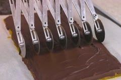 Τέμνουσες γαρνιτούρες για την πραλίνα καραμελών σοκολάτας με τη μαρμελάδα βερίκοκων που χρησιμοποιεί τον κόπτη ανοξείδωτου ροδών στοκ φωτογραφία με δικαίωμα ελεύθερης χρήσης