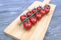 τέμνουσες ντομάτες κερασιών χαρτονιών Στοκ εικόνα με δικαίωμα ελεύθερης χρήσης