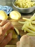 τέμνουσες τηγανιτές πατάτ&e Στοκ εικόνα με δικαίωμα ελεύθερης χρήσης